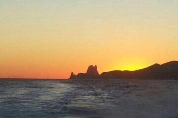 Alquila un barco en Ibiza y conoce Es Vedrá